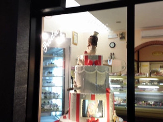 Wedding cake con donna in pdz in movimento