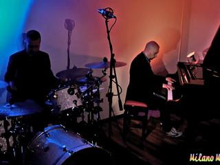 Piano e batteria con lo staff The Pianist