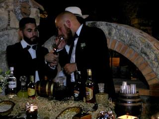 Addetto al tavolo con gli sposi