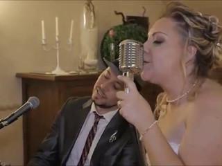 Dan canta con la sposa