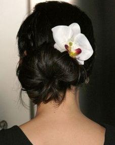 capelli raccolti particolare fiore